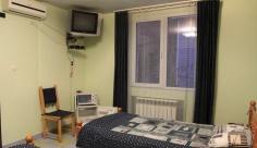 Две раздельные кровати, которые можно сдвинуть, холодильник, электрочайник, микроволновка, ТВ, кондиционер