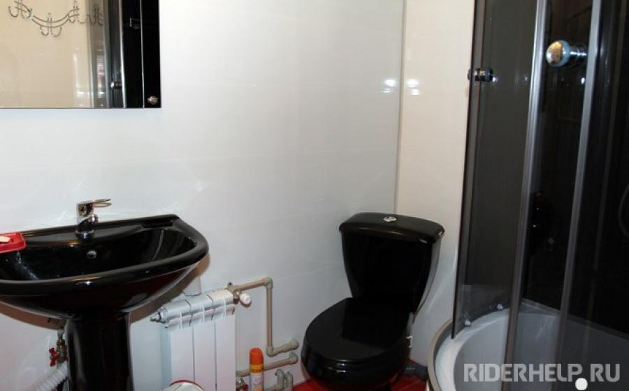 Санузел 1: туалет, раковина, душевая кабинка