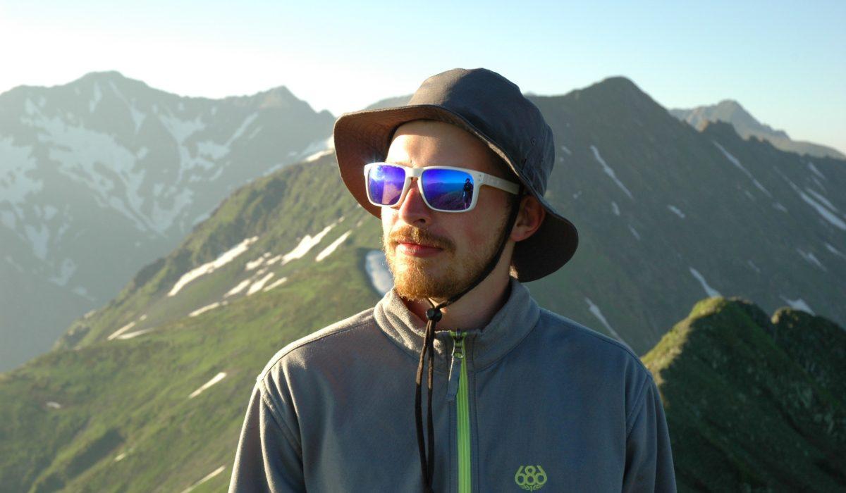 Калашников Артем— инструктор посноуборду игорным лыжам.