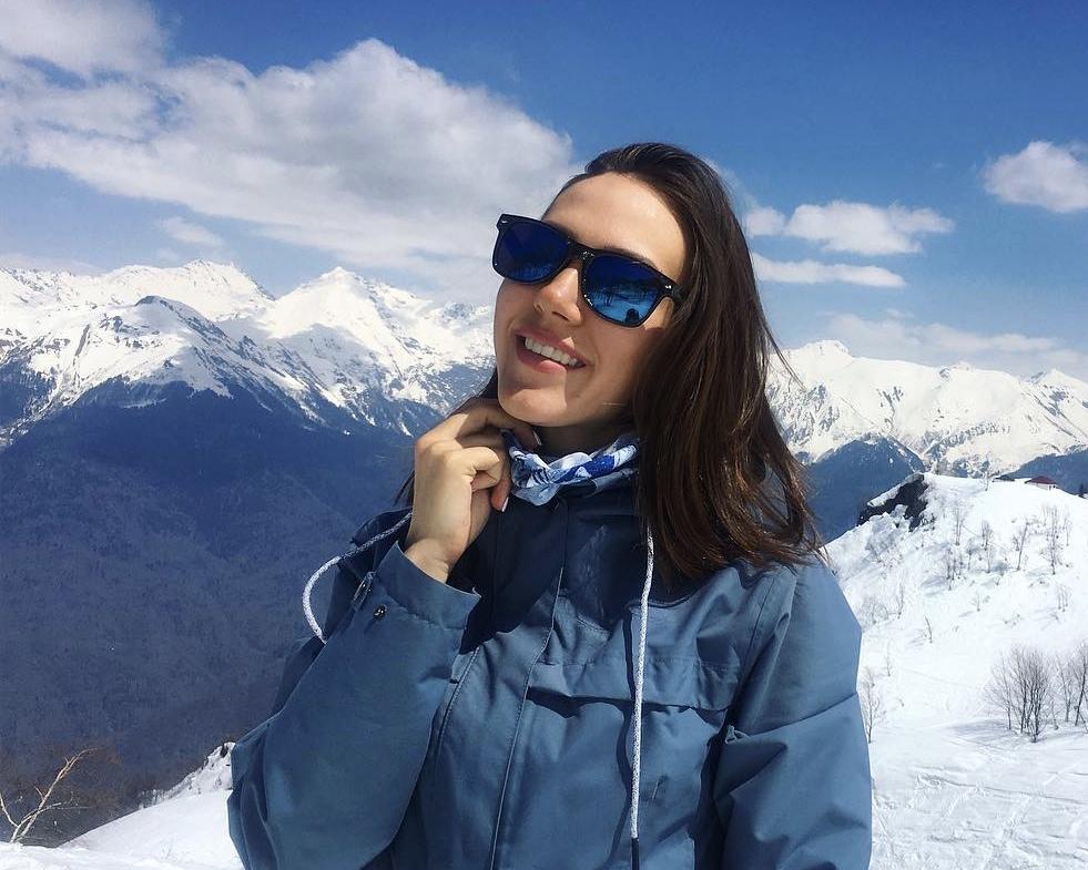 Юлия— инструктор погорным лыжам